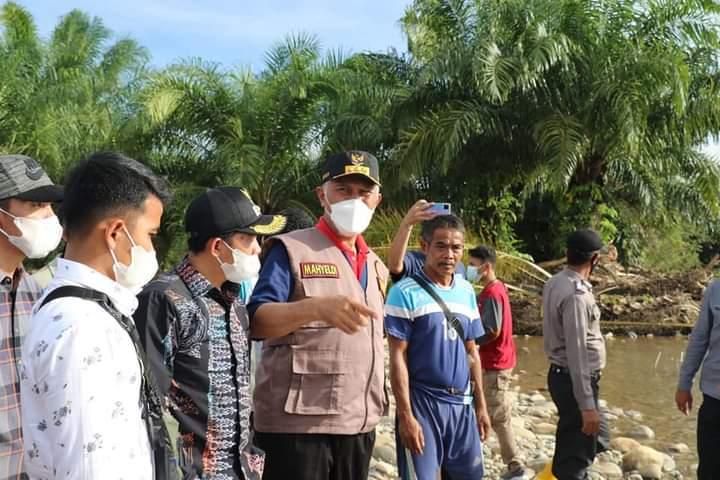 Buya Mahyeldi Terjun Langsung Untuk Tinjau dan Serahkan Bantuan Bencana Alam di Pesisir Selatan