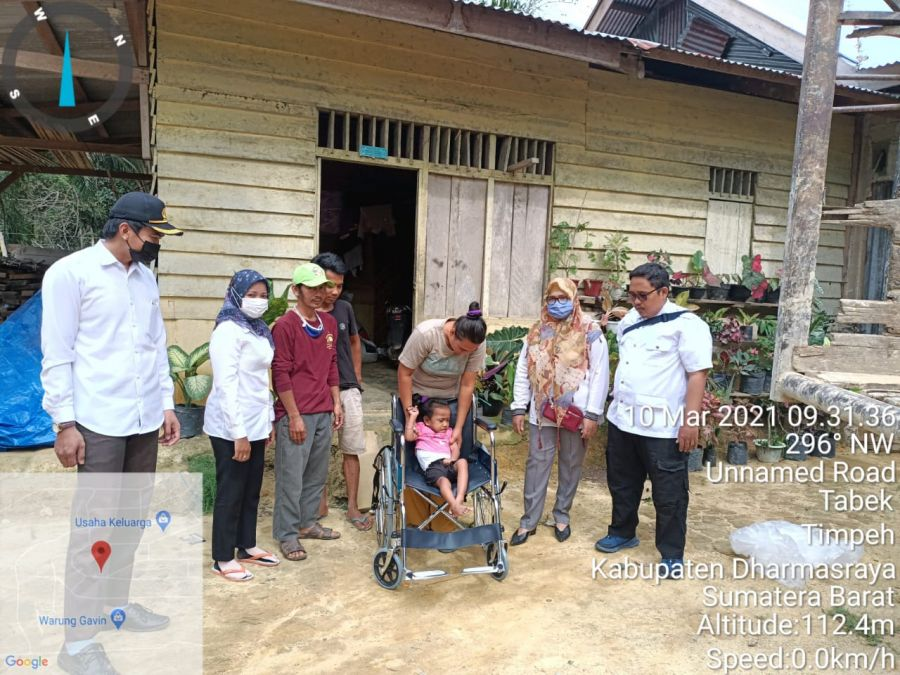 Dinsos Dharmasraya Salurkan Bantuan Kursi Roda Untuk Echa