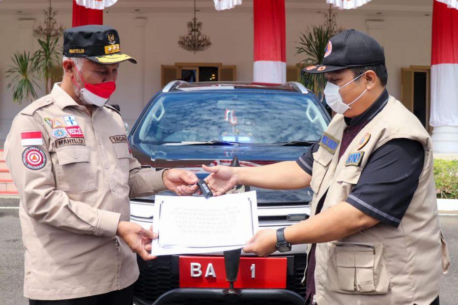 Gubernur Sumbar Serahkan Mobil Dinas Baru untuk Penanganan COVID-19, Operasional Pakai Mobil Pribadi