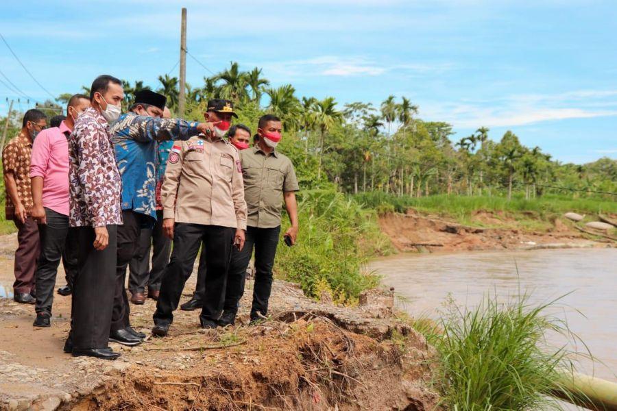Gubernur Mahyeldi Upayakan Jalan Terban di Nagari Sungai Buluh Timur Dibantu Balai Sungai