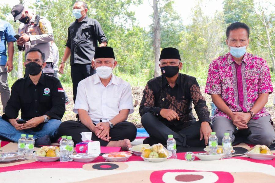 Gubernur Sumbar Serahkan Bantuan Holtikultura Pada Warga Anau Kadok Gunung Talang