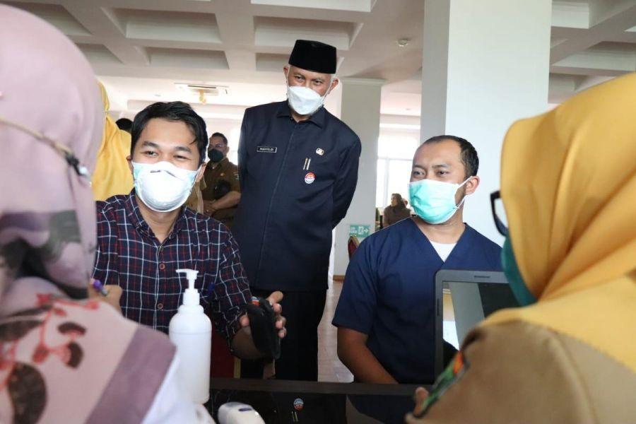Gubernur Sumbar Tinjau Vaksinasi Ketiga untuk Tenaga Kesehatan di RSUD M Natsir