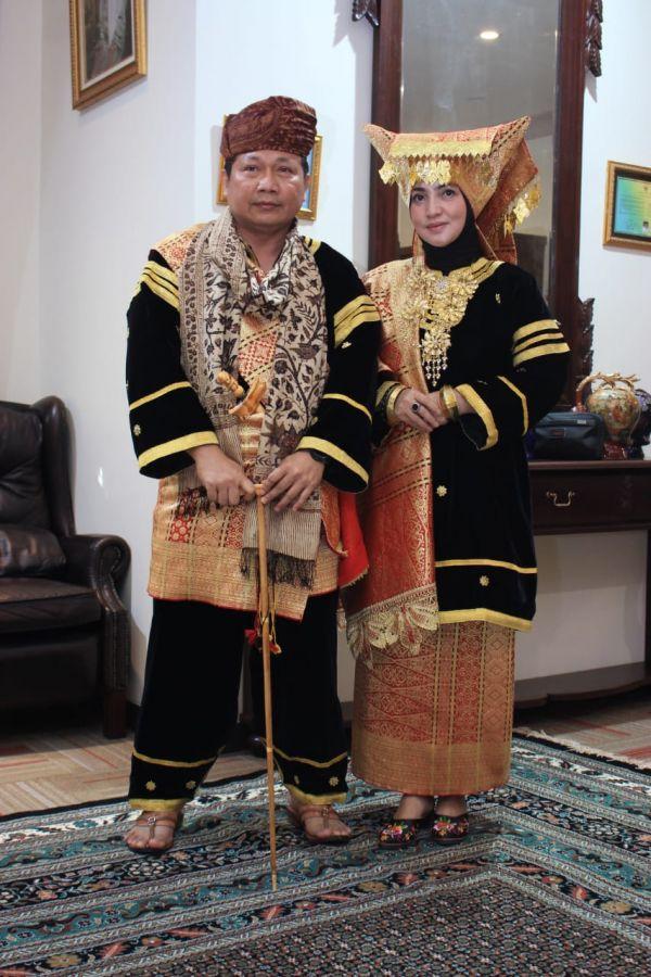 Kapolda Sumbar dan Istri dapat Gelar Sasangko dari Niniak Mamak Nan Salapan Puluah Nagari Paninjauan
