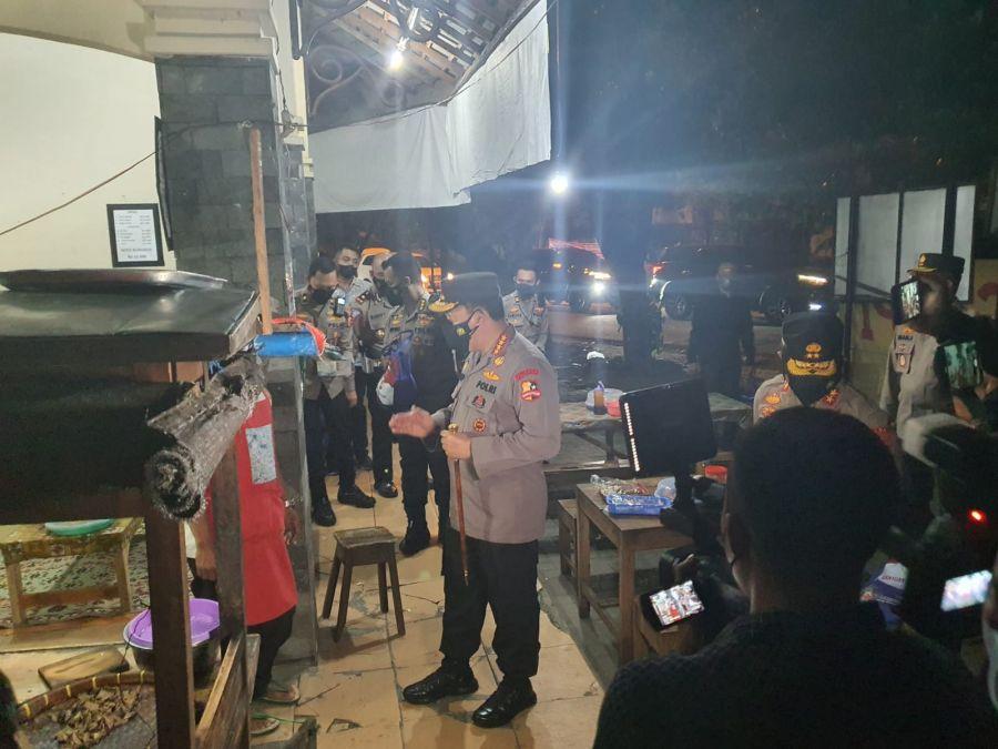 Malam-malam Kapolri Blusukan di Solo Bagi Sembako ke Warga dan Pedagang Angkringan
