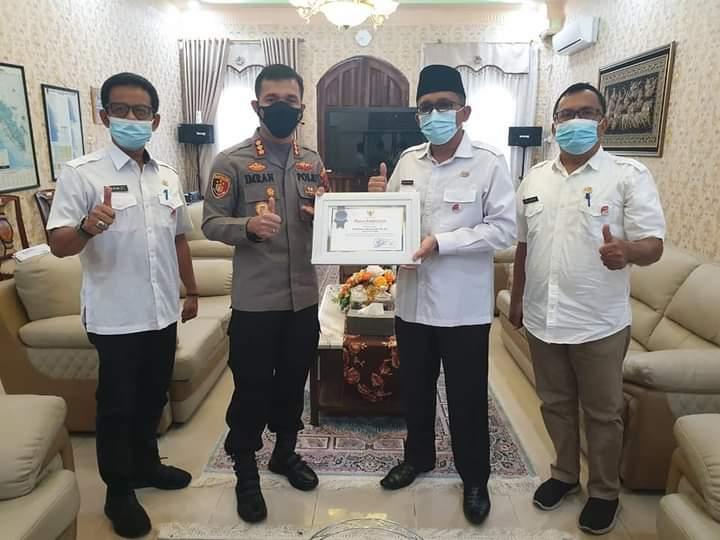 Menuju Padang Zero Criminal dan Tegakkan Prokes, Hendri Septa Beri Penghargaan Kapolresta Padang