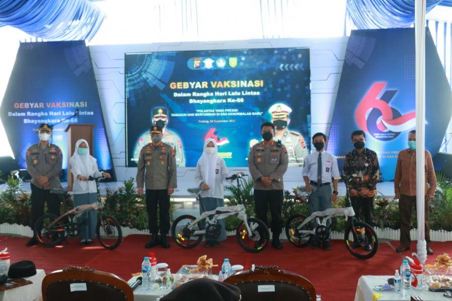 Peringati Hari Lalu Lintas, Kapolda Pantau Vaksinasi di SMA Negeri 8 Padang