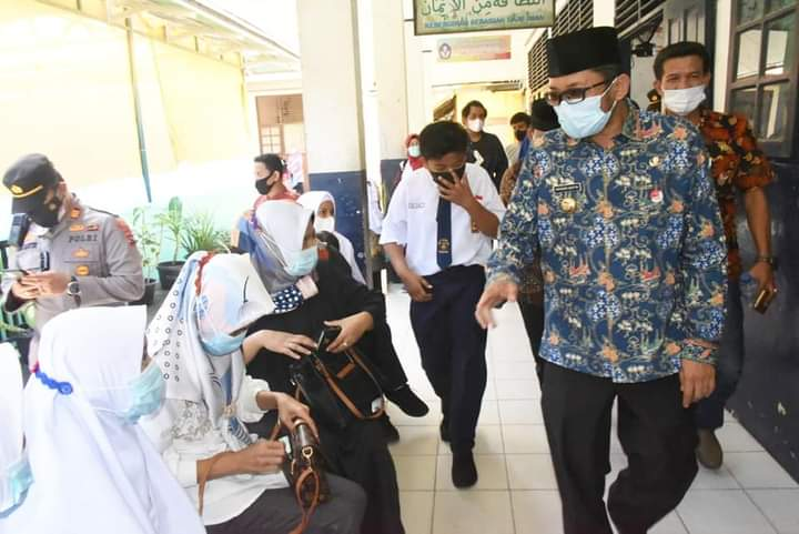 Tinjau Vaksinasi Siswa SMPN 33 Padang, Wako Hendri Septa: Mari Kita Sukseskan!