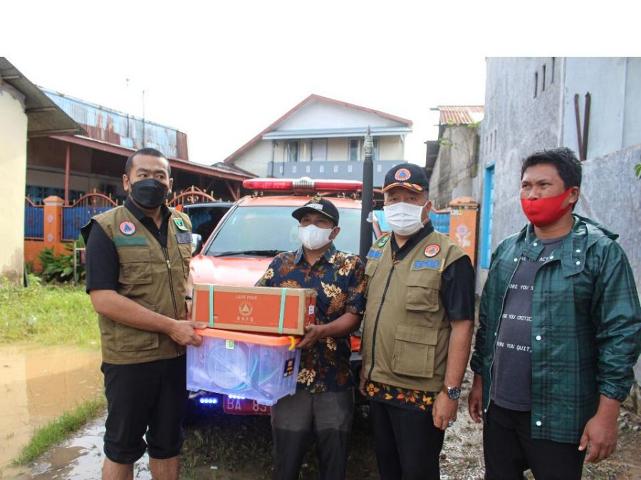 Wagub Audy Serahkan Bantuan untuk Warga Terdampak Banjir Padang