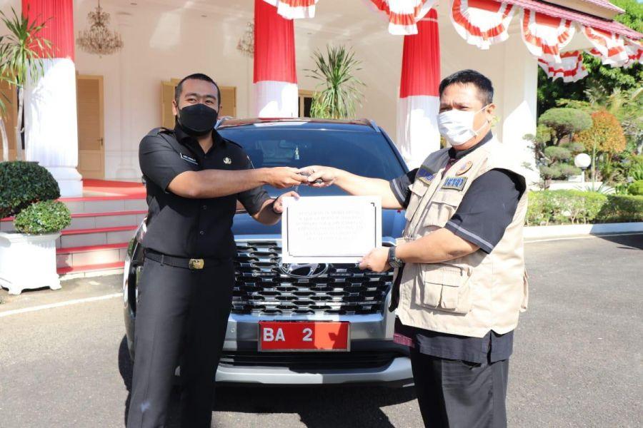 Wagub Audy Serahkan Mobil Dinas Pada Satgas COVID-19