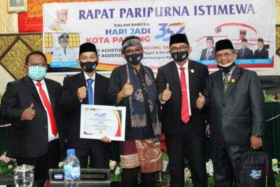 10 Tokoh Terima Pin Emas di Hari Jadi Kota Padang ke-352