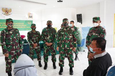 Danrem 032/Wirabraja Tinjau Pelaksanaan Vaksinasi di Kota Padang