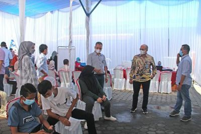 Dirut Tinjau Vaksinasi Massal Keluarga Besar Perumda AM Kota Padang