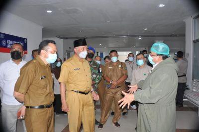 Gubernur Mahyeldi Beri Dukungan Moral Pada Pasien COVID-19 di RSUP M Djamil