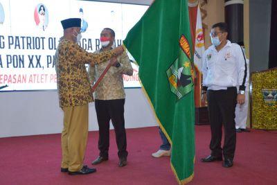 Gubernur Mahyeldi Lepas Secara Resmi Kontingen PON Sumbar ke Papua