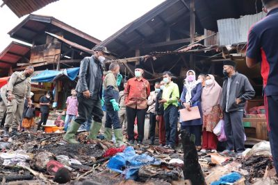 Gubernur Mahyeldi Tinjau Bekas Kebakaran Pasar Bawah Bukittinggi