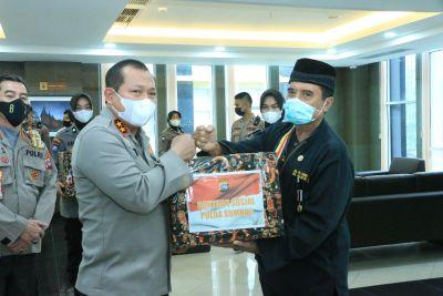 Kapolda Sumbar Salurkan Bansos kepada perwakilan KPJ dan Asosiasi Pedagang Kecil Keliling