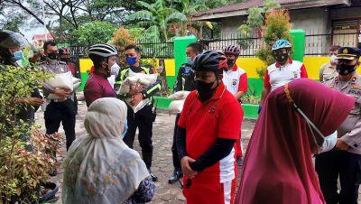 Kapolda Sumbar Serahkan Paket Sembako di Panti Asuhan dan Kampung Nelayan