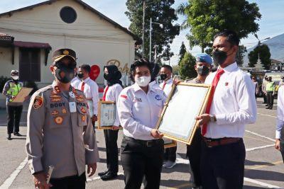 Kapolres Bukittinggi bersama Personil Satreskrim Menerima Penghargaan Dari Kornas TRC PPA