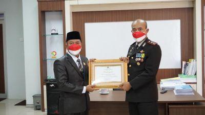 Kapolres dan Kasat Reskrim Polres Sijunjung Terima Penghargaan dari DPRD Sijunjung