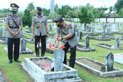 Peringati HUT Bhayangkara ke 75, Polda Sumbar Tabur Bunga di TMP Kusuma Bangsa