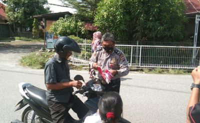 Polisi Ini Sisihkan Gaji Beli Bendera untuk Dibagikan kepada 200 Pengendara
