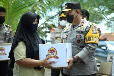 Polisi Peduli, Polda Sumbar Salurkan Bantuan Sembako kepada Masyarakat Terdampak PPKM Darurat