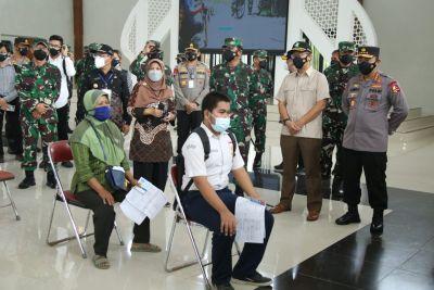 Vaksinasi dan Bansos di Yogyakarta, Kapolri Ingatkan Warga Disiplin Prokes di Sektor Ekonomi