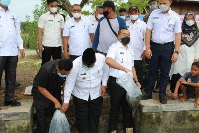 Wagub Audy Tebar 22 Ribu Benih Ikan di Padang Pariaman