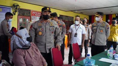 Wakapolda Sumbar dan Kabid Humas tinjau Vaksinasi Door to Door Bhakti Polri di Teluk Kabung