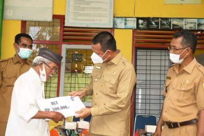 Wako Genius Umar Serahkan BLT ke 55 Warga Penerima Manfaat di Desa Cubadak Air