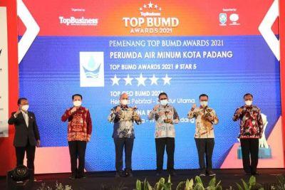 Wako Hendri Septa, Perumda AM Kota Padang dan Dirut Terima Penghargaan Top BUMD Award 2021
